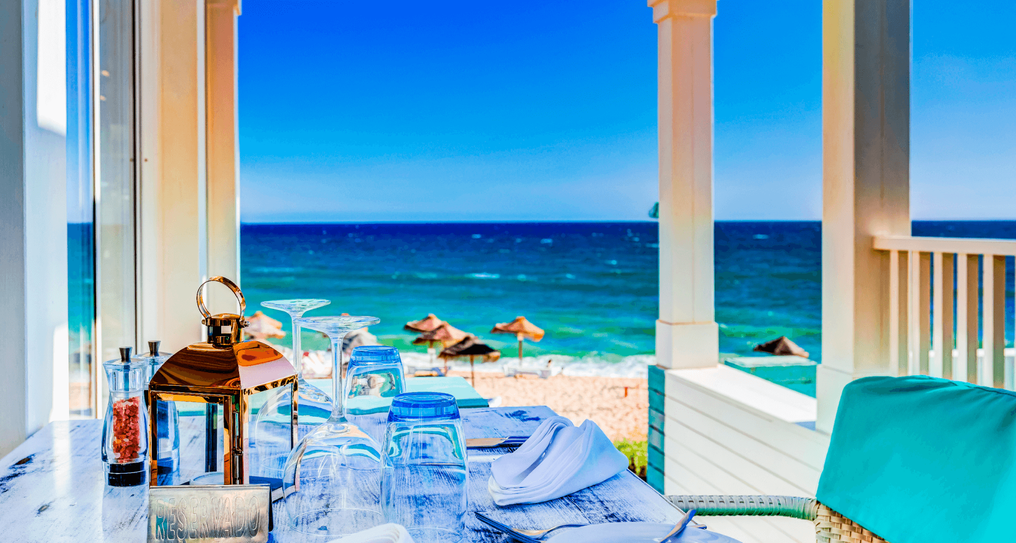 DINNING BY THE SEA